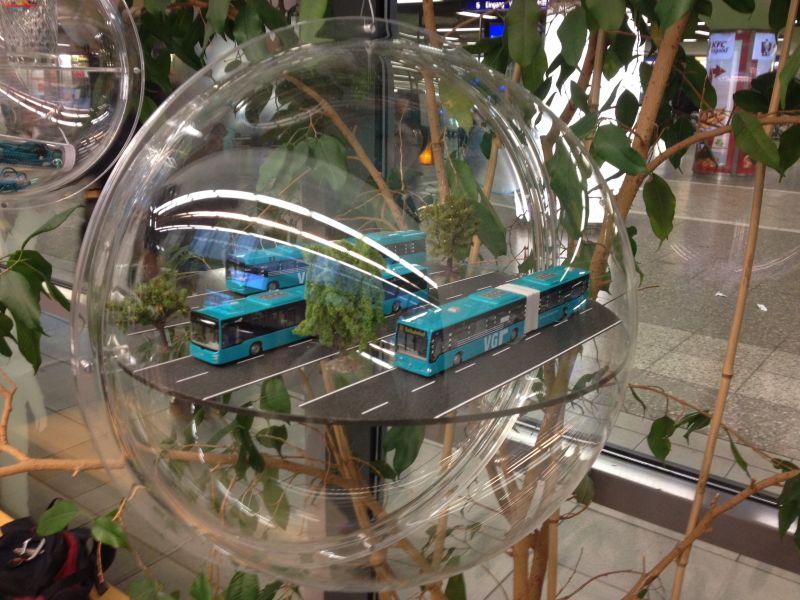 Acrylkugel mit Spielzeugbussen
